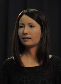 大阪大学基礎工学研究科と ATR知能ロボティクス研究所が開発した ジェミノイドF(写真提供:大阪大学)
