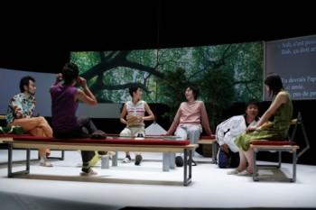 青年団『S高原から』パリ公演 パリ日本文化会館 2006年10月 ©Thomas BREMOND
